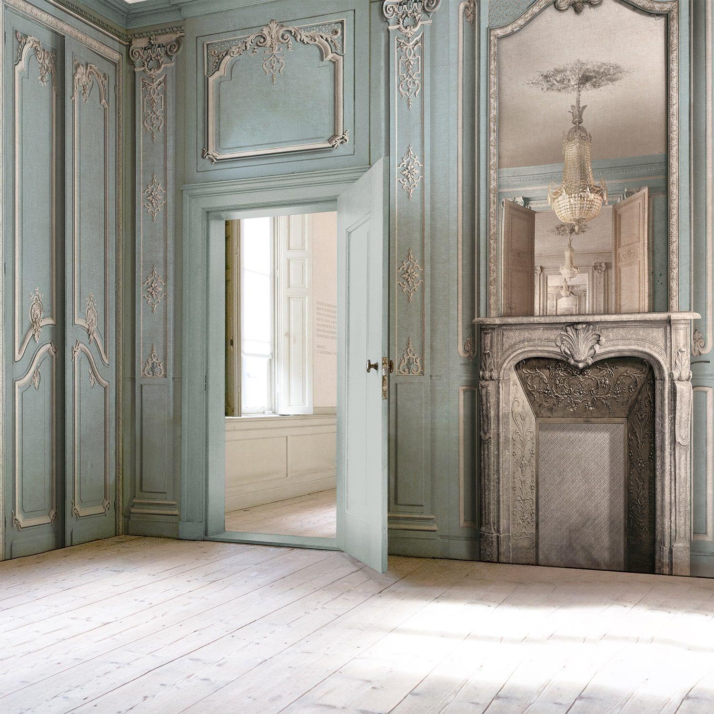 Papier Peint Effet Miroir décor cheminée avec miroir et boiserie haussmannienne pastel bleu ciel 138cm